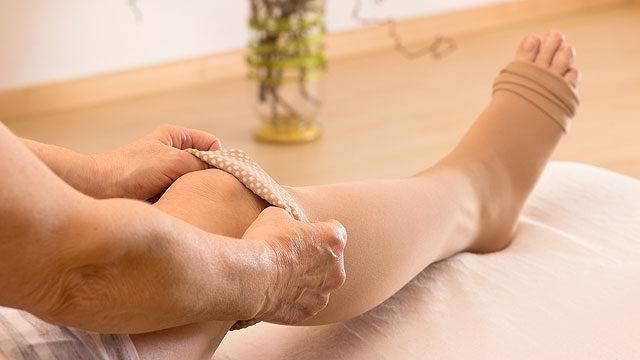 Hogyan kösse össze a lábakat, lábakat, térdét, bokáját