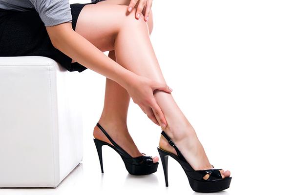 a lábak elkékülnek a visszérektől)